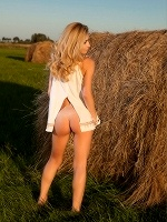 Davina C By Tom Leonard In Farmer Girl - Photo 1